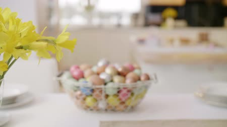 koszyk wielkanocny : Close up of easter eggs in wire basket Wideo