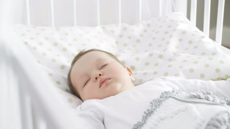 konfor : Cute baby girl sleeping in the crib Stok Video