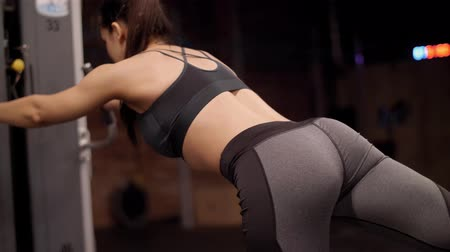 çabaları : Rear view of woman exercising at health club
