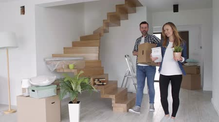 проведение : Young couple moving in