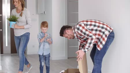 проведение : Family with child moving out of the old house Стоковые видеозаписи