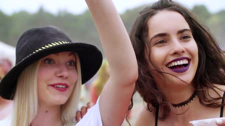 cultura juvenil : Women drinking beer at the music festival Stock Footage