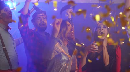 hó : Funny people dancing among confetti at the party
