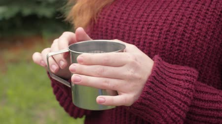 aluminium : Womans hand holding a mug of tea Wideo