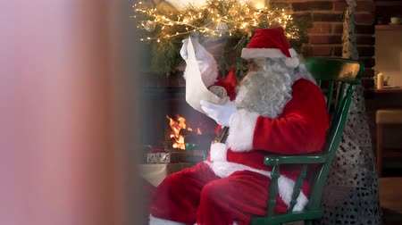 presentes : Santa claus checking his special letter