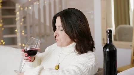 pesadelo : Mature woman drinking wine in loneliness