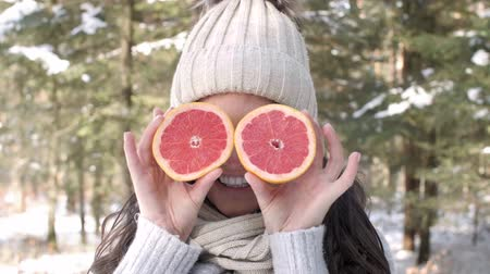 grejpfrut : Woman covering her eyes with fruit Wideo