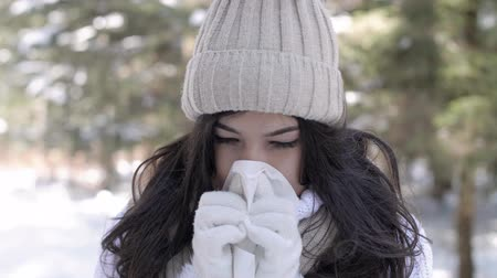temperatura : Sick woman blowing nose Stock Footage