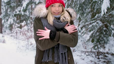 esfregar : Woman shivering during the winter season Stock Footage
