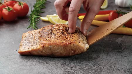 carne : Fried salmon steak on the table