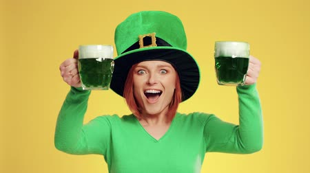 marcha : Woman with leprechauns hat and beer celebrating Saint Patricks Day Vídeos