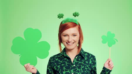 шок : Woman showing a clover shaped banner with copy space