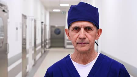 koza : Portrait of a mature doctor on the corridor