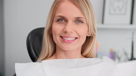 examinar : Portrait of smiling woman at the dentists office Stock Footage