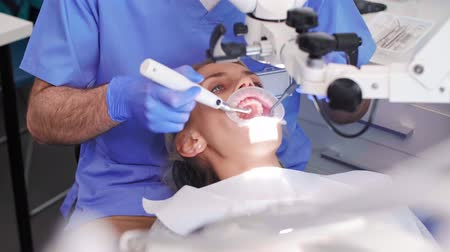 stomatologia : Dentist with dental equipment doing his work in dentists clinic Wideo