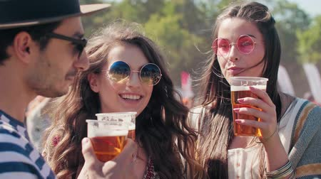cultura juvenil : Group of people drinking beer at music festival