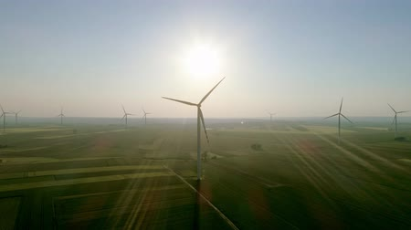 windmolens : Windturbines die alternatieve energie produceren Stockvideo