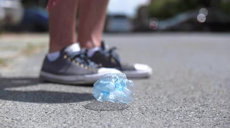 çevre kirliliği : Plastic bottle in the street
