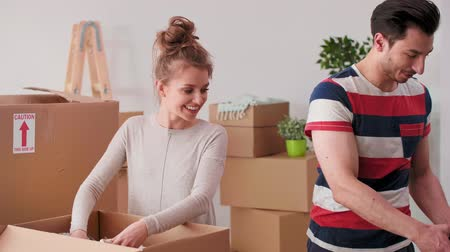 louça : Loving couple packing stuff to cartons