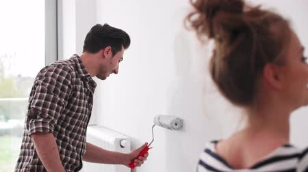ev hayatı : Man painting the interior wall in new flat Stok Video