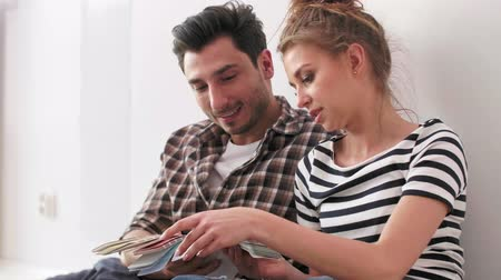 sieves : Couple planning out furniture before they unpack Stock Footage