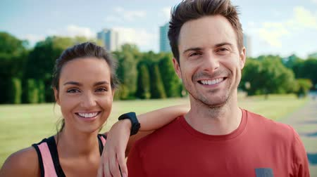 Portrait of smiling couple after hard workout Vídeos
