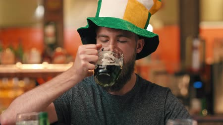 Portrait of man celebrating Saint Patricks Day at the bar Vídeos