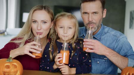 antioxydant : Cheerful family drinking pumpkin smoothie