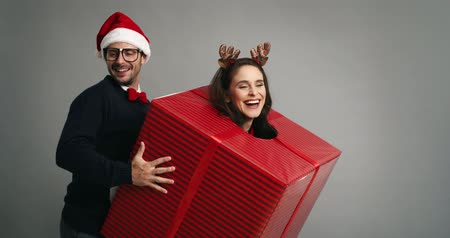 különc : Couple of nerds dancing in Christmas time