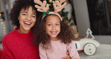 paroh : Handheld view of African girl and her mommy at Christmas