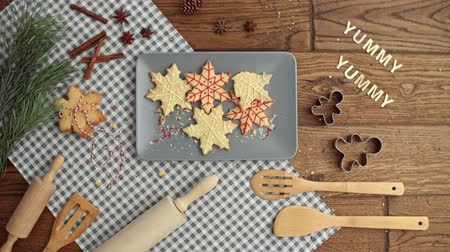fırınlama : Stop motion video shows of Christmas gingerbread cookies
