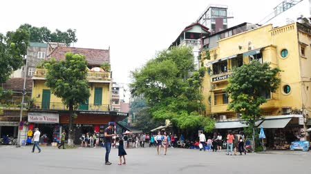 genuíno : Hanoi,Vietnam - May 23,2018 : Local daily life of the street in Hanoi Old Quarter and people can seen exploring around it.
