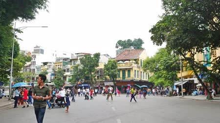 genuíno : Hanoi,Vietnam - May 25,2018 : Local daily life of the street in Hanoi Old Quarter and people can seen exploring around it.