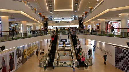 butik : Kuala Lumpur,Malaysia -April 20,2019 : Mid Valley Megamall is a shopping mall located in Mid Valley City, Kuala Lumpur. It sits at the entrance of Petaling Jaya and Kuala Lumpur. Stok Video