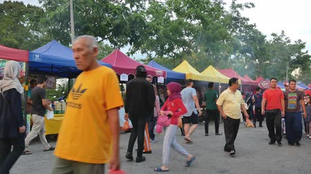 vasten : Kuala Lumpur,Malaysia - June 2, 2019 : People seen exploring and buying foods around the Ramadan Bazaar.It is established for muslim to break fast during the holy month of Ramadan.