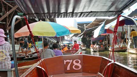 comerciante : Ratchaburi,Thailand - November 4,2019 : Damnoen Saduak floating market is the most popular in Thailand, located 100 km from downtown Bangkok. People can seen exploring around by the boats. Vídeos