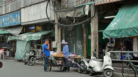 иностранец : Bangkok,Thailand - Nov 8 ,2019 : Backpacking district of Khao San Road is the traveler hub of South East Asia with bars and restaurants as well as budget hostels. People can seen exploring around it. Стоковые видеозаписи