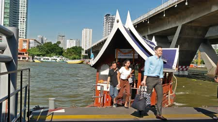 conveniente : Bangkok,Thailand - December 4,2019 : People can getting around the famous riverside area of Bangkok with its many historical attractions, temples and architecture by river boats and ferries. Stock Footage