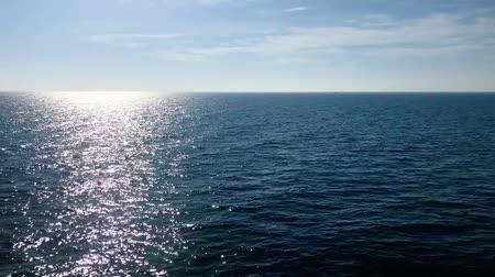океаны : Vivid blue ocean horizon sun reflecting and shining on water surface