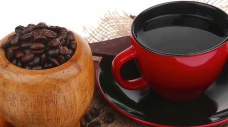 xícara de café : black coffe with dark chocolate and beans Stock Footage