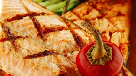 гауда : pink grilled salmon on wooded plate over white Стоковые видеозаписи