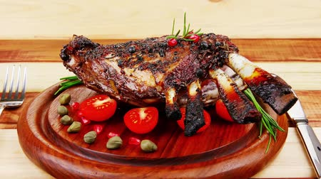 kapary : grilled ribs on wooden table with vegetables Dostupné videozáznamy