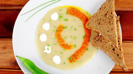 basit : homemade cuisine : salmon vegetable soup with bread and chives over wood Stok Video