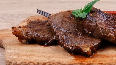 nutrição : grilled beef on wooden plate with cutlery over table