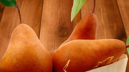 macro fotografia : group of gold pears over wood Vídeos