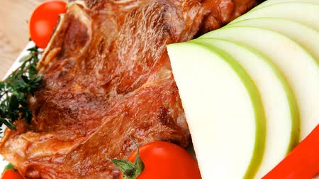 molho de tomate : meat food : roast rib on white dish with thyme pepper and tomato on wooden table