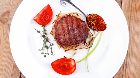 tomilho : grilled beef fillet pieces on noodles with tomatoes dry spices and green thyme twigs plate over wood 1920x1080 intro motion slow hidef hd