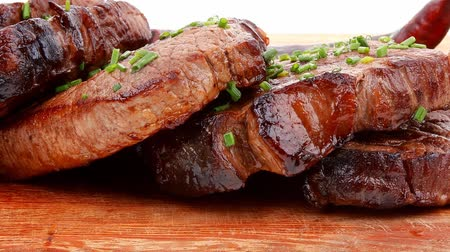 macro fotografia : grilled beef meat on wooden plate with chives and thyme 1920x1080 intro motion slow hidef hd