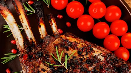 grillowanie : served charbroiled ribs on plate over wood 1920x1080 intro motion slow hidef hd