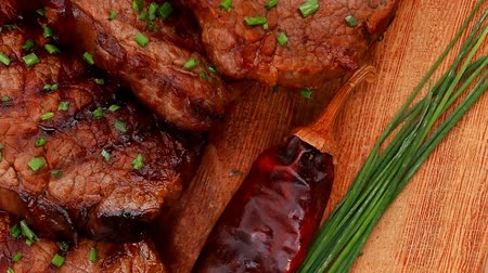 macro fotografia : fresh ripe roasted beef meat on wooden plate with thyme and chives 1920x1080 intro motion slow hidef hd Vídeos
